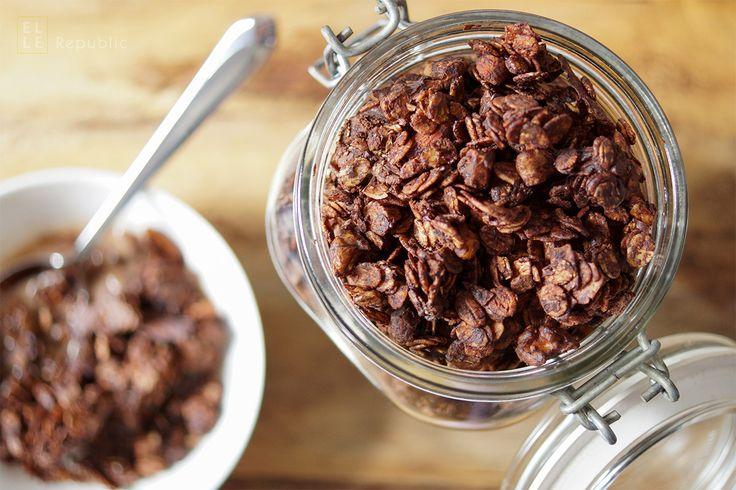 Jetzt wird es schokoladig: Schokoladen Granola ist eine gute Möglichkeit, ein süßes Frühstück mit gesunden Zutaten zu vereinen. Die Kombination aus rohem Kakao, Zartbitter Schokotropfen, ungesüßten…