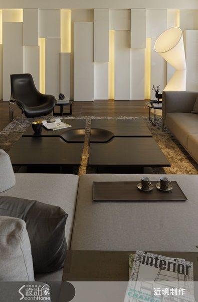 空間裡運用大量深色木皮以及淺色木地板,搭配白色的背景,可以呈現出高級書店的質感。 內容來源:設計家 http://www.searchome.net/article.aspx?id=19012