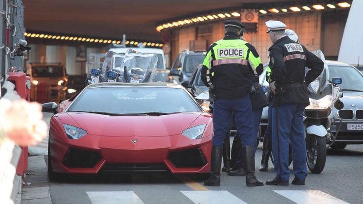 Lamborghini-ejer bliver stoppet af politiet - http://bit.ly/2oFqd8p