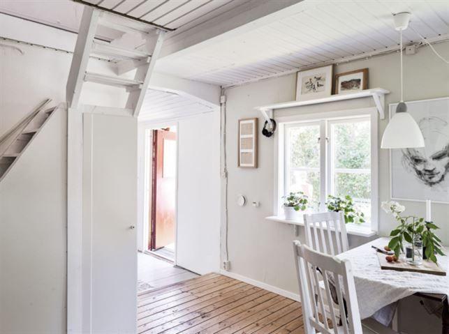 Stugan har två rum och är 45 kvadratmeter stor.