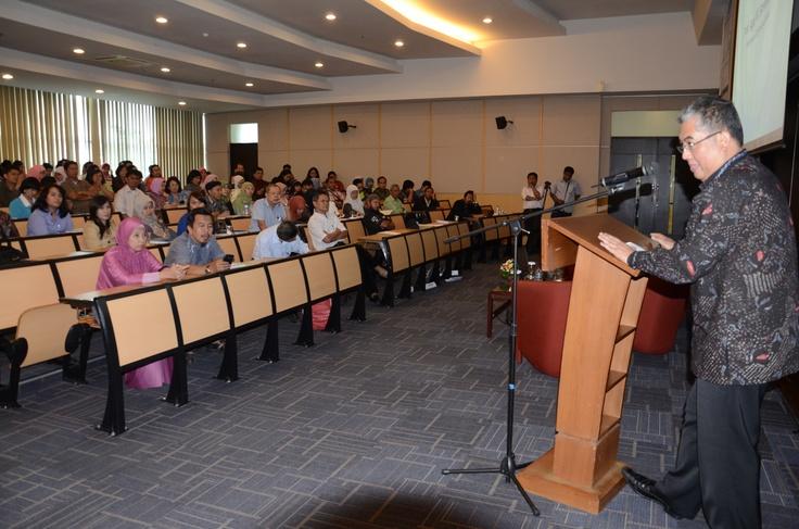 Penutupan Seminar UKM oleh Prof. Agus W. Soehadi