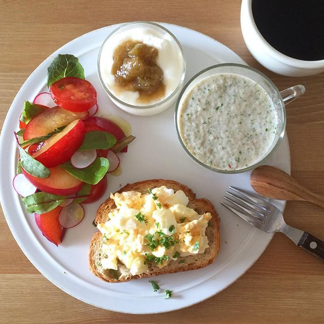 Instagram media keiyamazaki - Today's breakfast. 今朝はスープじゃなくて、小松菜、りんご、バナナ、牛乳をガーッと混ぜたジュース。見た目ひどいけど、味はりんごが多めでさわやかな感じ。 大学生の頃ナチュラルローソンでバイトをしていたんだけど、その場で野菜や果物のジュースを作るというのがあり(今もあるのかなぁ)、機械にまだ慣れていなかったので、しっかり機械にはまる前にスイッチON、ほうれん草とバナナのジュースが飛び散る、という失敗をしたのを思い出しました。お客さまが笑ってくれて、救われたんだよなー。レジが遅いだけで怒る人とかいるけど、私はこの人のような客でありたい、と思った。