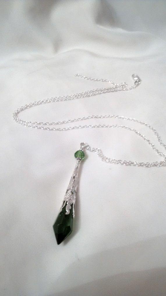 Collana di pendolo di Eden - Hand-crafted e individualmente fatta da Bohemienne-Lily  * Una collana di pendolo di cristallo verde nuove e straordinarie.  * Il prisma di vetro verde è racchiuso in un cappuccio di tallone di filigrana dargento placcato è condito con perline dargento e una perlina di cristallo verde. Il ciondolo è collegato a una cauzione di tallone, che con grazia pende da una catena O in argento.  La collana è composto da:-  * Prisma di vetro di cristallo * Cappuccio tallone…