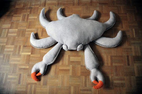 De reusachtige krab is de grote broer van de familie BigStuffed!  Perfecte decoratieve voor het lezen van de metgezel nestelde zich tegen hem, hij kan ook rustig op de bank zitten met u, op de hoek van brand!  Het is gemaakt door hand in Frankrijk  Maatregelen: 115 x 107 cm inclusief benen! Lichaam alleen -> 76 x 55 cm  Het is gemaakt van 100% wol (boven) en namaakbont polyester (zie hieronder), de oranje clips zijn ook in 100% wol. De bekleding is recyclage met anti-mijt behandeling uit…