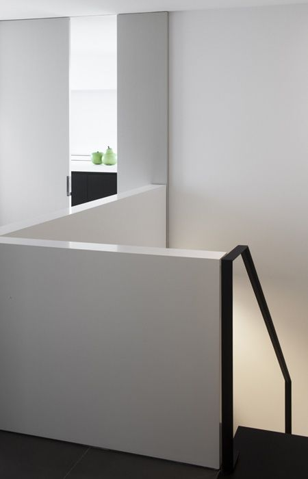 Mooie minimalistische trapleuning net los van de balustrade