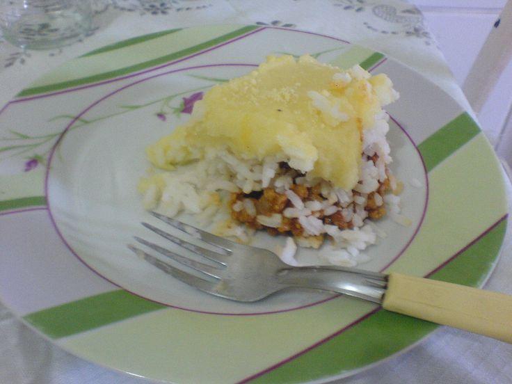 2 xícaras de arroz branco cozido  - Carne:  - 1/2 kg de carne moída  - 1 tomate picado  - 1 cebola picada  - Coentro picado  - 2 dentes de alho  - 1 sachê de sazón  - 1/2 caldo de carne  - Cominho, colorau, sal, extrato de tomate e vinagre para temperar a carne moída ou se preferir tempere à sua maneira  - Purê de batatas:  - 4 batatas cozidas na agua e no sal  - 1 colher de sopa de queijo ralado  - 1 colher de sopa de manteiga  - 200 ml de leite  -
