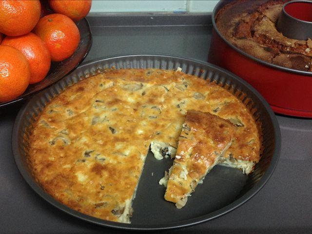 מתכון קל לפשטידת גבינות עם פטריות או תירס. פשטידה חלבית שמתאימה לאירוח שמנה ראשונה. פשוט מערבבים מוצרים ומכניסים לתנור, הפשטידה מוכנה בחצי שעה בלבד.