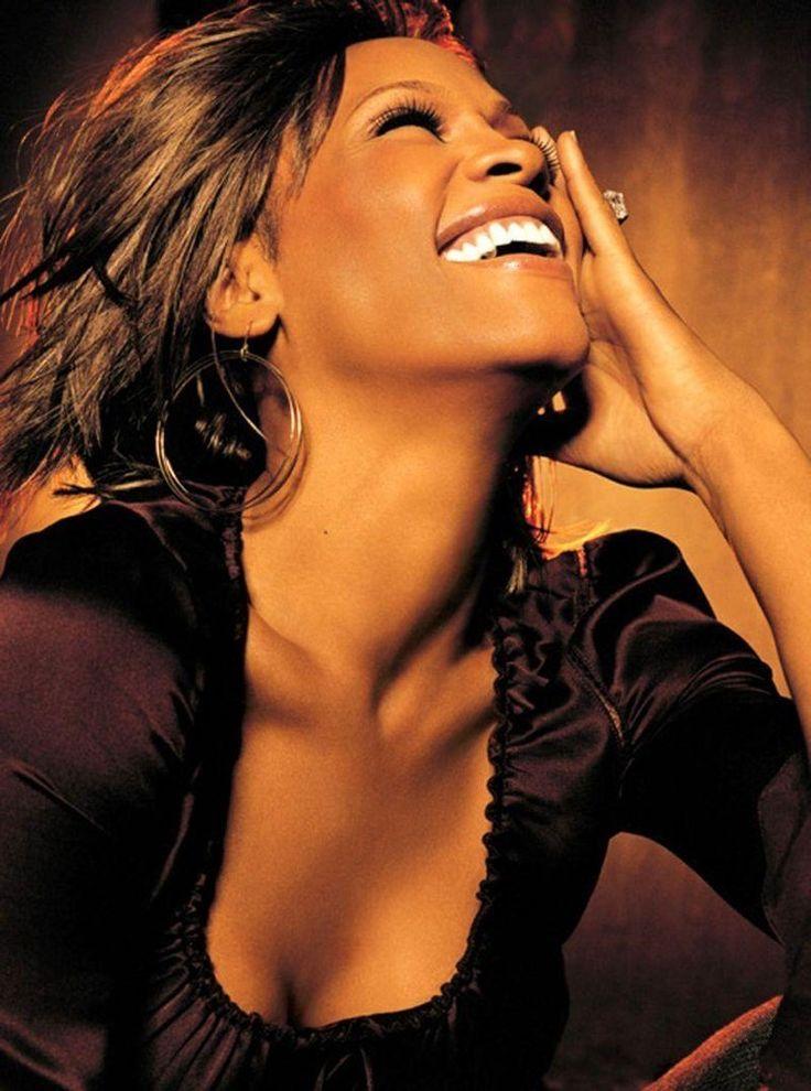 Она была одной из самых ярких и успешных R'n'B певиц современности!  Вечная память неподражаемой Уитни Хьюстон...