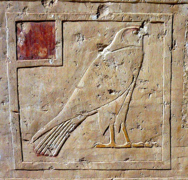 Hiéroglyphe de faucon - Bas-relief sur blocs sur la deuxième terrasse du Temple funéraire de la reine Hatchepsout - Deir el-Bahari, dans la nécropole thébaine en Égypte.
