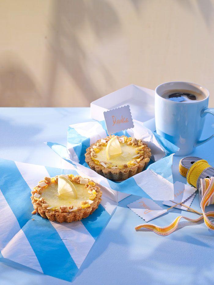 Eingebacken in diese sommerlichen Tartelettes ist das Kölln Müsli Knusper Joghurt Zitrone ein echter Hingucker, der sofort zum Hineinbeißen einlädt.