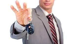 Inainte de a pleca, verificati geamul exterior si cel din fata si cereti personalului sa marcheze in contract fiecare zgarietura si defect pe care le gasiti, semnand schema pe ambele copii ale contractului dvs. sau chiar sa pastrati fotografii digitale ale starii automobilului. Inregistrati orice daune in momentul ridicarii vehiculului de la firma de rent a car. http://geeklydigest.com/verificarea-conditiei-initiale-a-masinii-si-ce-sa-facem-daca-se-strica-ceva/
