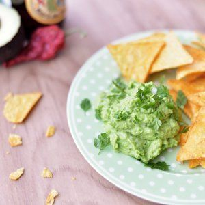 Avocado og ærtedip Denne dip minder rigtig meget om guacamole, men smagen her er knap så fed og friskere. Som et ekstra plus kan du spare lidt på de dyre avocadoer, så den skrækker til endnu flere munde. Server dippen til nachos, chips eller som tilbehør til tacos.