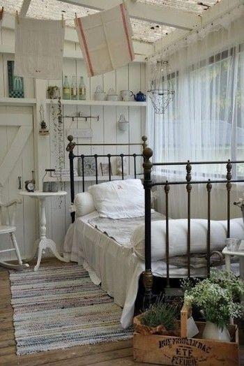甘過ぎない 大人のシャビー  アイアンのベッドフレームがシャビーシック感ただようベッドルーム。 壁面のディスプレイもヴィンテージ感がありますね。 シャビーシックなベッドを取り入れるのは難しい…という方も、壁面からディスプレイを変えていくだけでも、雰囲気が変わりますよ。