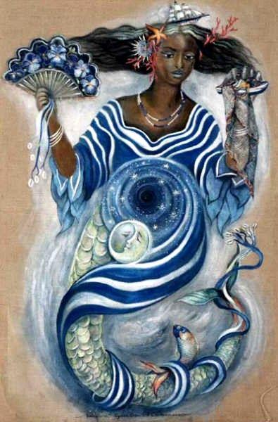 """Iemanjá (yemanjá), a Rainha do Mar, mãe de quase todos os orixás, é exaltada por negros e brancos. Iemanjá, possui vários nomes: sereia do mar, princesa do mar, rainha do mar, Inaé, Mucunã, Dandalunda, Janaína, Marabô, Princesa de Aiocá, Sereia, Maria, Dona Iemanjá; dependendo de cada região, mas sua origem vem da África. """"A Iemanjá brasileira é resultado da miscigenação de elementos europeus, ameríndios e africanos""""."""