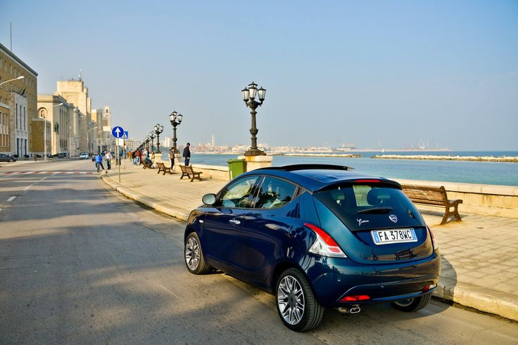 Lancia Ypsilon w zmysłowym kolorze blu di blu.