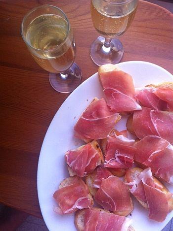 After ski, espanjalaisia tapasleipiä. Resepti: http://ruokamenot.fi/reseptit/viikonlopunherkkureseptit/909-espanjalaiset-tapasleivat-ilmakuivatulla-kinkulla #www.ruokamenot.fi #kotiruoka #resepti