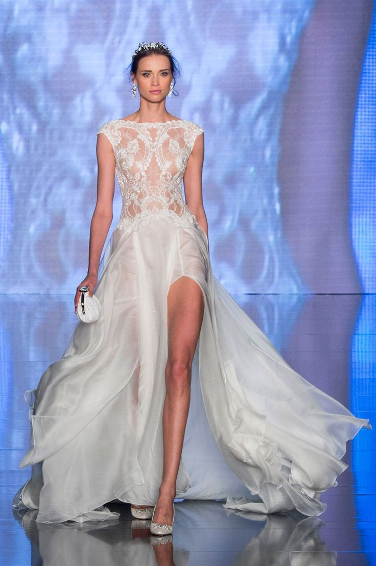 Une robe de mariée fendue sur le défilé Alessandra Rinaudo