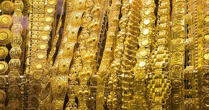 Cómo vender una cadena de oro. Cuando el valor del oro sube, las piezas que se compraron incluso un par de años antes cuestan más que lo que las personas pagaron por ellas. Incluso el oro roto o dañado puede tener un precio elevado, y uno de los artículos más populares para la venta son las cadenas de oro. Si tienes una en tu casa, entonces puedes cambiarla con facilidad por ...
