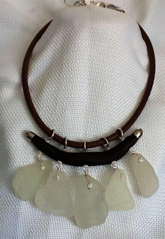 Collar corto hecho con driftwood y sea glass, cordon de piel pulida.