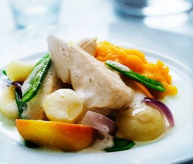 Ett härligt recept på saftig ciderkokt kyckling med potatis- och pumpapuré. Du gör den smakrika rätten av bland annat potatis, pumpa, äppelcider, kycklingfilé, äpple och grädde. Mättande och gott!