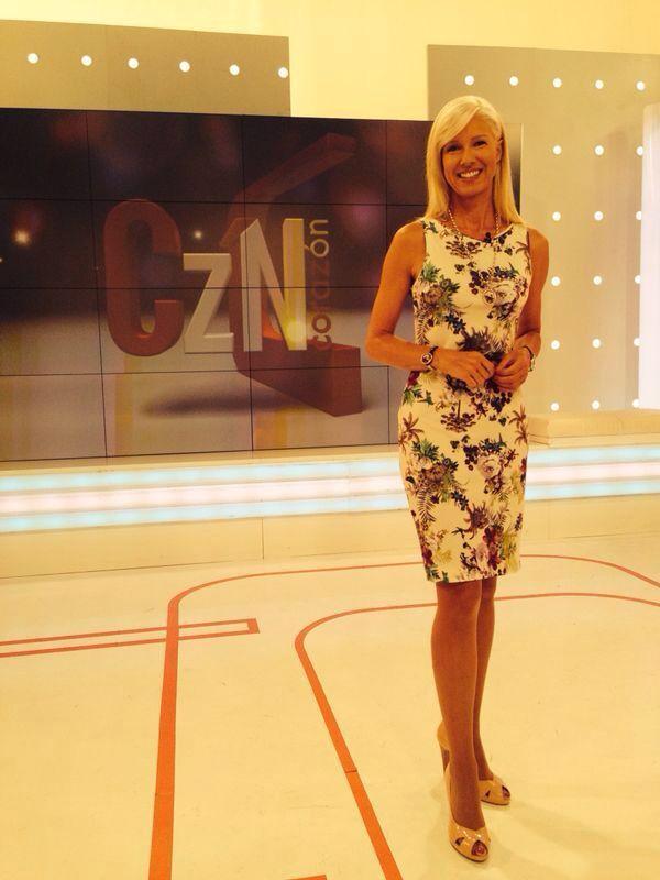 Anne Igartiburu volvió a salir ayer en su programa de televisión Corazón en TVE con un look #Naulover. Un vestido estampado flores estilo tropical años 50. Tejido de punto de tacto suave, corte entallado cómodo y elegante.