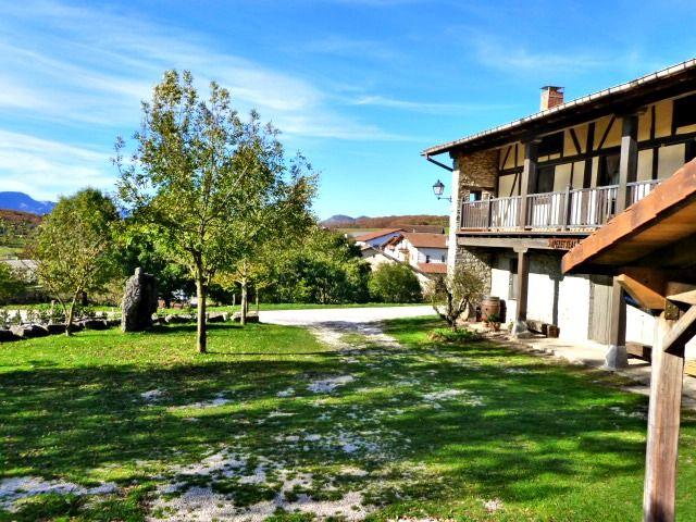 Casa Rural Apezetxea-entrada al aparcamiento-arruitz-larraun-navarra