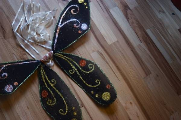 Si vous venez de filer une paire de collants (de préférence opaques), profitez en pour fabriquer avec votre fille des ailes de fées ! J'ai trouvé quelques tutoriels sur internet (dont plusieurs en français) et il ne vous restera plus qu'à décorer les ailes pour les mettre au goût de mademoiselle qui vous remerciera avec un grand sourire! Matériel nécessaire pour des ailes de fées Vous aurez besoin de  fil de fer (ou d'un cintre), de collants (usagés mais propres, plutôt ...