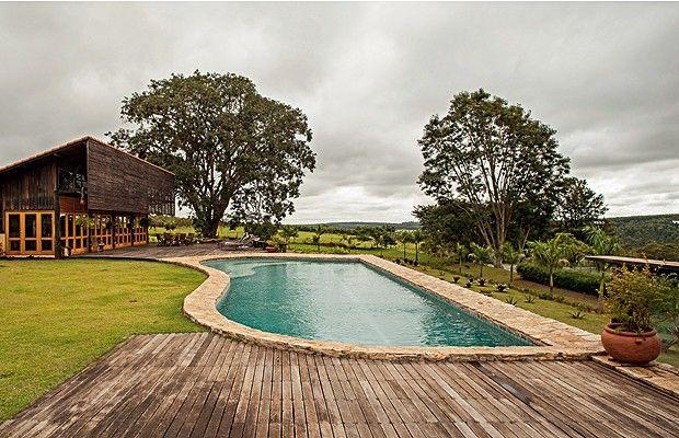 RÚSTICO CHIQUE Área de lazer: Com forma orgânica, a piscina foi construída em área alta, sem alterar a topografia do terreno. As bordas são de pedras brutas recolhidas na própria fazenda (Foto: Edu Castello)