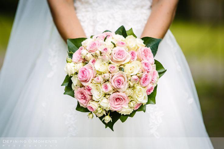 Bruidsboeket met witte, crème en roze rozen.