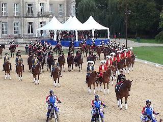 Les élèves de 5ème du collège Alfred Kastler ont eu l'honneur, comme de très nombreux élèves du département, d'assister au spectacle de  la garde républicaine au château de Thillombois