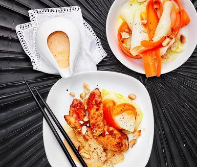 Satay är kött på spett med ursprung i Indonesien, men vanlig i hela Sydostasien. Marinera bitar av kycklingfilé i en söt marinad med färskriven ingefära och stek på. Gör din egen jordnötssås och servera med tunt hyvlade rotfrukter med frisk lime. Hacka gärna lite jordnötter och ställ fram som strössel!