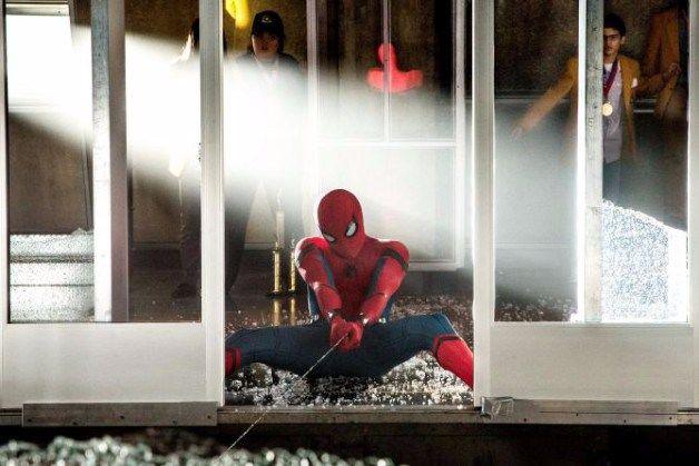 L'esordio nel Box Office Usa di Spider-Man: Homecoming doveva essere trionfale, ed è stato così. I 117 milioni di dollari incassati hanno confermato le previsioni degli analisti e fatto felici Marvel Studios e Sony Pictures. L'esordio nordamericano diSpider-Man: Homecoming ha fruttato nelle casse della Sony la bellezza di 117,01 milioni di dollari, con una media per sala da quasi 27 mila dollari. Soddisfatte le previsioni degli analisti, da sempre sicuri della buona riuscita della sc...