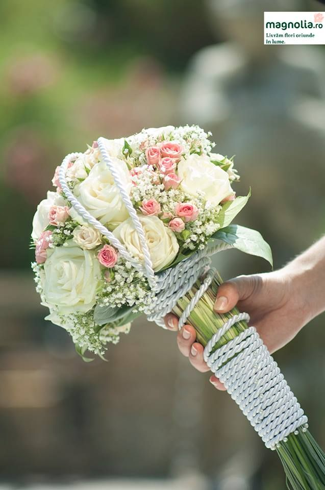 Round bridal bouquet with white and pink roses. Buchet de mireasa rotund, cu trandafiri albi si roz