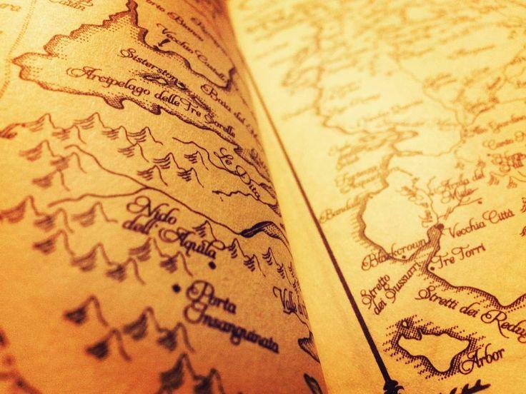 <<Le vecchie storie sono come i vecchi amici ed è bene far loro visita di quando in quando.>>  #Tempestadispade                  #gameofthrones #martin #georgemartin #tronodispade #goodnight #night #books #bookporn #bookstagram #bookphotography #collection #nerd #nerdy #nerdgirl #instadaily #boxset #nicebook #cover #bookworm #librarian #songoficeandfire #palace #fantasy #got #map #bran