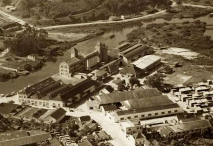 Vista aérea de Joinville em 1950. Em destaque, o Moinho Joinville, no Bucarein