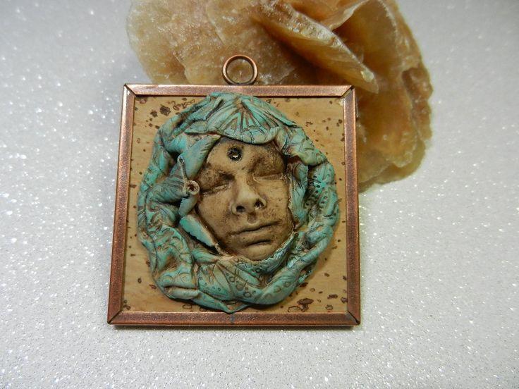 Pendentif cadre carré métal cuivré, liège et visage en pâte polymère : Autres pièces pour créations par rossignol58