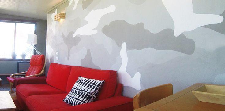 """Τοίχος """"παραλλαγή"""". Ζωγραφική σαν ταπετσαρία σε μεγάλη επιφάνεια καθιστικού. Δείτε περισσότερες ιδέες διακόσμησης πάνω από τον καναπέ στη σελίδα μας www.artease.gr"""