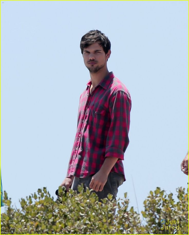 taylor lautner goes shirtless for run the tide beach scenes 23