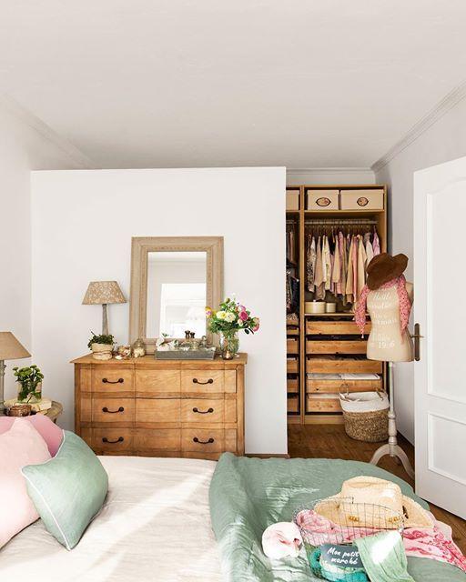 Por 25 céntimos: cosas que no deberías tener en casa después de cumplir los 30. Armarios caóticos, cortinas de ducha... ¿Se te ocurren más? En la web te decimos hasta diez. Así que si tienes treinta años o más... toma nota y ponte las pilas decorativamente hablando (todo en el link de la bio)  #elmueble #decoracion #decoration #desastres #actualizar #renovar #cambio #change #renovate #after30 #dormitorio #bedroom #armario #closet #orden