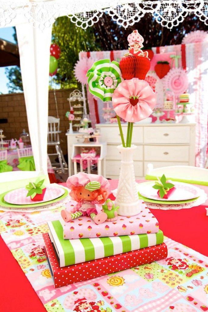 Decoração de festa da Moranguinho cheia de ideias para você se inspirar. Bolos, doces, bonequinhas, descartáveis. Imperdível!
