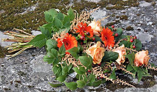 sorgbukett i höstfärger, germini, rosor, hypericum, astilbe och hallonblad http://holmsundsblommor.blogspot.se/2013/09/blommor-till-begravning.html. Nr 6B