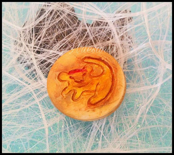 Hakuna matata...!!! Jijiji quien no recuerda esa canción? Hoy os traigo este iman de Simba! El Rey León! Pero también lo podéis llevar en un llavero o en collar...como más os guste! No te quedes sin el tuyo! #elreyleon #lionking #simba #hakunamatata #movie #polymerclay #disney #iman #lion #animal #leon #necklace #pelicula #song #babylion #nala #fimo #detalles #wedding #ciclodelavida
