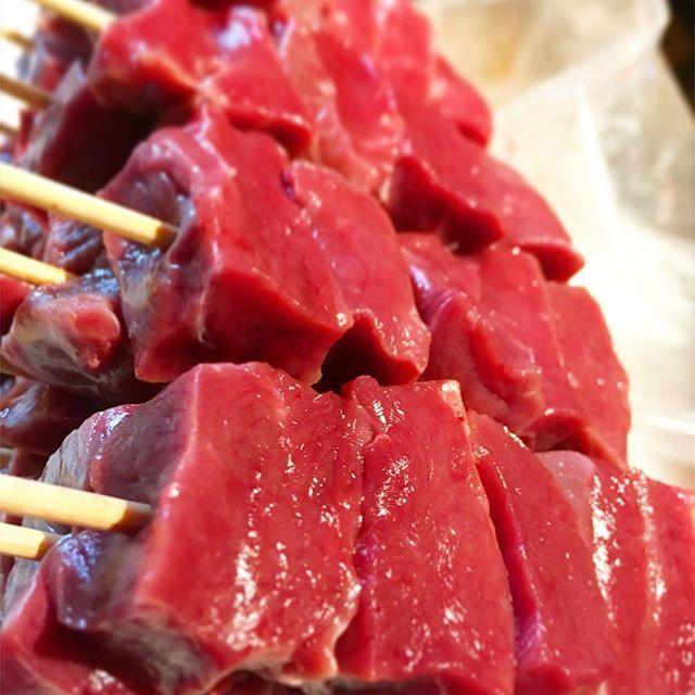 梅雨らしくなってきました! 恵比寿ふじ屋です🙋♂️✨ 雨の日も風の日も、変わらず品川駅から歩いて東京食肉市場へと毎日仕入れに行きます🍖💪 全ては美味しいお肉のために、です‼️😁 ふじ屋の串焼きは基本的に分厚いカットです。 この鮮度ならではの食感をお楽しみ頂きたいのと、焼きの際旨味を限りなく内側に閉じ込めておくためです。  雨の日は湿気で炭のコンディションが変わってくるので、実はオーブンで炭乾かしてるんですよ🙆♂️🙆♂️ そんな手間暇がお客さんの満足につながるなら、本望です😁😁‼️ 今日も全力‼️ 明日も全力‼️ よっしゃ元気にいこう‼️‼️‼️‼️ #恵比寿  #ふじ屋  #恵比寿ふじ屋  #もつ焼き  #新鮮  #肉  #ホルモン  #串焼き  #デイゼロ  #レバー #レバ刺し  #ねぎれば #東京食肉市場直送  #有機野菜  #生果実  #生シャリサワー #サワー  #デート  #山手線  #日比谷線  #ディナー #女子会 #愛情100%  #笑顔100%  #居酒屋  #個室  #お洒落  #健康  #テラス席