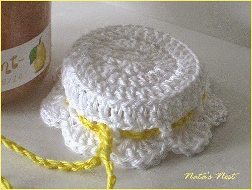 Natas Nest: Jam Pot Covers - Free Crochet Pattern / Marmeladenhäubchen - Kostenlose Häkelanleitung Scroll down for English. Flip it and reverse it to make jar cozies for the kiddos' drinking glasses!