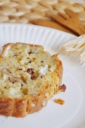 Recette Cake au chèvre, noix et oignon : Émincer finement l'oignon et le faire revenir dans une poêle anti-adhésive avec un peu d'huile.Lorsqu'il commen...
