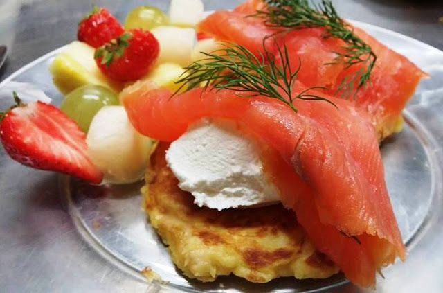 Pancakes salmone, cream cheese e frutta
