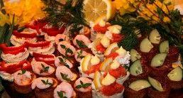 Italienska tunnbrödssnittar med parmaskinka, pesto, mozzarella och soltorkade tomater –