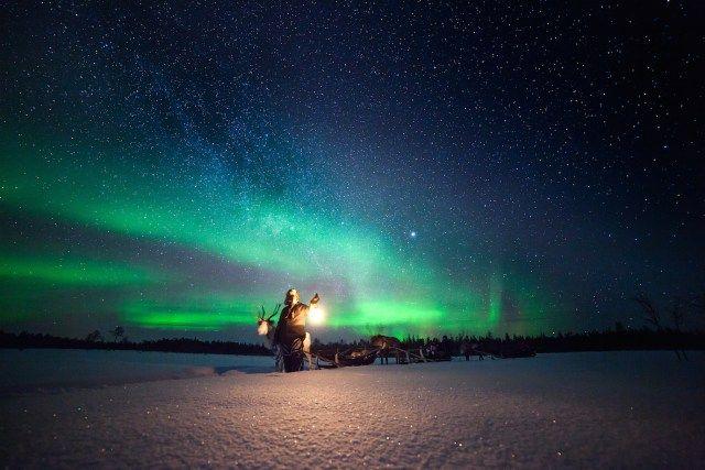 Hier zie je het mooiste Noorderlicht - Volgens een oud volksverhaal van de Sami, de oorspronkelijke bewoners van Finland, wordt het Noorderlicht veroorzaakt door een vos die door de heuvels rent en met zijn staart door de sneeuw zwiept. De sneeuwvlokken vliegen …
