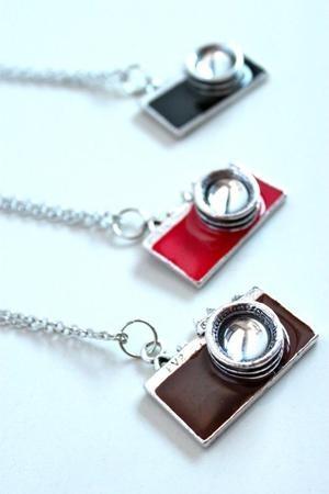 http://loja.voucomprar.com/product/28206/colar-com-pingente-de-camera-fotografica