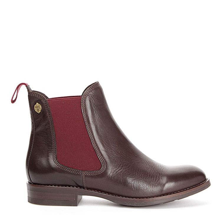 Klassisk boot i Chelsea-modell med ny tappning. Mjukt skinn, skinnfoder, gummisula, resår på sidorna och ögla baktill i höstens färg, bordo. Novita är tidlösa, unika och omsorgsfullt tillverkade skor av finaste skinn från utvalda garverier.